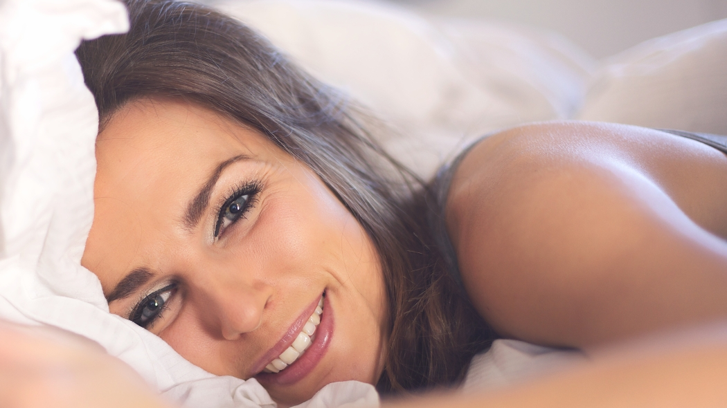 closeup-of-a-relaxed-woman-lying-on-bed-smiling_samudeiefl.jpg